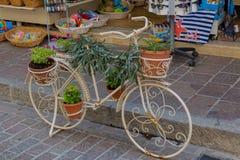 Rethymno, Griechenland - 2. August 2016: Fahrrad mit Blumen im fron Stockbild