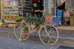 Rethymno, Griechenland - 2. August 2016: Fahrrad mit Blumen im fron Lizenzfreie Stockfotos