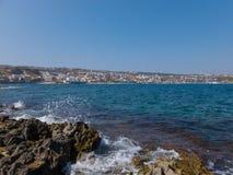 Rethymno, Griechenland - 29. Juli 2016: Felsiger Mittelmeerstrand Lizenzfreie Stockfotografie