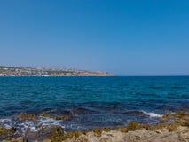 Rethymno, Griechenland - 29. Juli 2016: Felsiger Mittelmeerstrand Stockfotografie