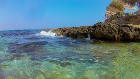 Rethymno, Griekenland 28 juli 2016: Rotsachtig strand dichtbij Fortezza Stock Foto's