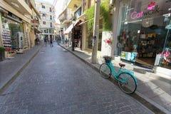 Rethymno, Insel Kreta, Griechenland - 23. Juni 2016: Grünen Sie farbiges Fahrrad mit Korb mit purpurroten Blumen wird geparkt auf Stockbilder