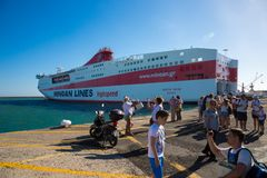 Rethymno, Kreta: Veerboot h in Kreta landing Cruiseschepen in haven stock foto