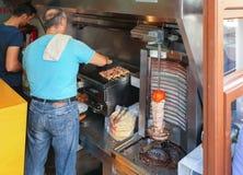 Rethymno, wyspa Crete, Grecja, - Czerwiec 23, 2016: Tradycyjna Grecka malutka uliczna kawiarnia dokąd dwa mężczyzna są gotować tr Fotografia Stock