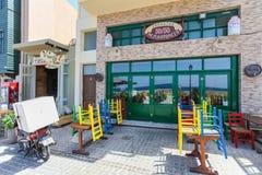Rethymno, wyspa Crete, Grecja, - Lipiec 1, 2016: Widok kawiarnia która lokalizuje blisko bulwaru Mediter z kolorów krzesłami Obraz Royalty Free