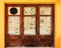 Rethymno, wyspa Crete, Grecja, - Lipiec 1, 2016: Widok kawiarnia która lokalizuje blisko bulwaru Mediter z kolorów krzesłami Zdjęcia Royalty Free