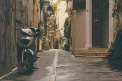 Rethymnon,海岛克利特,希腊, - 2017年6月08日:老停放的滑行车和城市Reth的老镇的零件的葡萄酒前门 库存图片