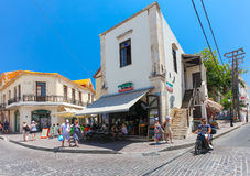 Rethymnon,海岛克利特,希腊, - 2016年7月1日:滑行车的当地居民和游人在街道和坐上走 图库摄影