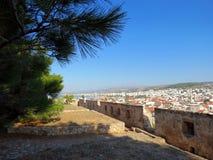 Rethymnon och den berömda fästningen av Fortezza fotografering för bildbyråer