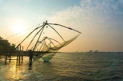 Reti da pesca cinesi sulla riva del Mar Arabico Cochin forte, Kerala, India Punto di riferimento storico Immagini Stock