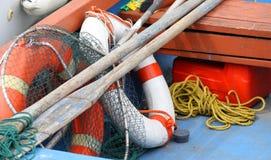 Reti da pesca e remi di salvagente in una barca attraccata fotografia stock