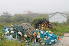 Reti da pesca, galleggianti e un giorno nebbioso Fotografia Stock Libera da Diritti