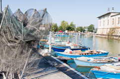 Reti da pesca, rastrelliere e pescherecci Immagine Stock