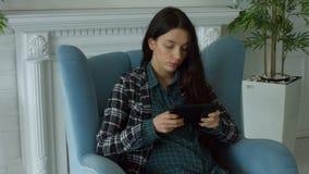 Reti sociali splendide di lettura rapida della donna sulla compressa stock footage