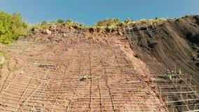 Reticolato di protezione di Rockfall, rete metallica di sicurezza nelle montagne stock footage