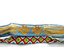 Reticolato variopinto del braccialetto di amicizia tessuto braccialetto immagini stock libere da diritti
