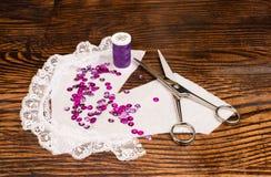 Reticolo di cucito sulla tabella Fotografia Stock