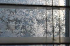 Reticolo di gelo sulla finestra di inverno fotografie stock libere da diritti