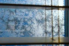 Reticolo di gelo sulla finestra di inverno fotografia stock