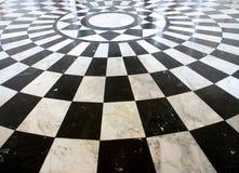 Reticolo di marmo checkered in bianco e nero del pavimento Fotografia Stock