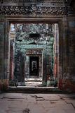 Reticolo di pietra retrocedere delle colonne in rovine antiche fotografia stock libera da diritti