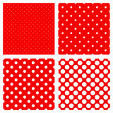 Reticolo di puntini bianco di Polka su colore rosso Immagini Stock