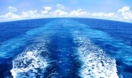 Reticolo di risveglio dell'acqua blu dietro l'imbarcazione marina Fotografia Stock Libera da Diritti