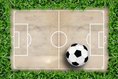 Reticolo e gioco del calcio del campo di calcio Immagini Stock
