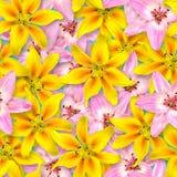 Reticolo floreale senza giunte Disposizione caotica dei fiori Rosa e fiore giallo del giglio su un fondo blu luminoso immagini stock