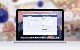Retina Apples MacBook Pro mit einem offenen Vorsprung in der Safari, die Facebook-Webseite zeigt Stockfoto