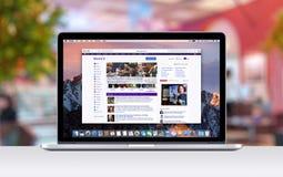 Retina Apples MacBook Pro mit einem offenen Vorsprung in der Safari, die Yahoo-Webseite zeigt Stockfoto