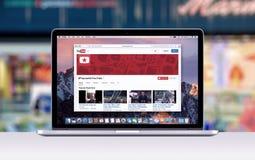 Retina Apples MacBook Pro mit einem offenen Vorsprung in der Safari, die Youtube-Webseite zeigt Stockfoto