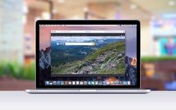 Retina Apples MacBook Pro mit einem offenen Vorsprung im Safaribrowser, der Bing-Suchwebseite zeigt Lizenzfreie Stockfotografie