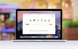 Retina Apples MacBook Pro mit einem offenen Vorsprung im Safaribrowser, der Yandex-Suchwebseite zeigt Stockbild