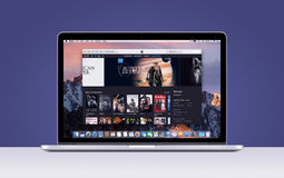 Retina Apples MacBook Pro mit einer offenen iTunes-Film-APP stockfotografie
