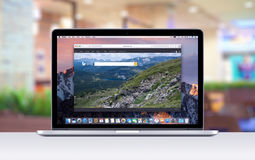 Retina de Apple MacBook Pro com uma aba aberta no navegador do safari que mostra o página da web da busca de Bing Fotografia de Stock Royalty Free