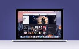 Retina de Apple MacBook Pro con las películas abiertas app de iTunes Fotografía de archivo