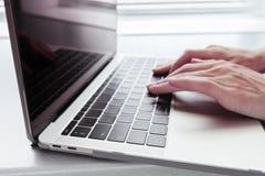 Retina de MacBook Pro con el tipo-c del USB, para el editorial Fotos de archivo libres de regalías