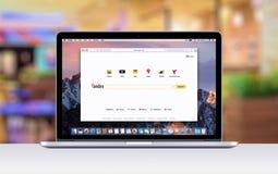 Retina di Apple MacBook Pro con una linguetta aperta in browser di safari che mostra la pagina Web di ricerca di Yandex Immagine Stock