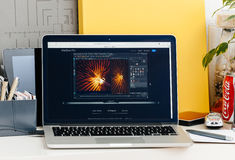 Retina nova de MacBook Pro com a barra do toque com software dos gráficos 3d Imagem de Stock Royalty Free