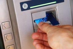 Retirada de dinheiro através do ATM Fotos de Stock Royalty Free