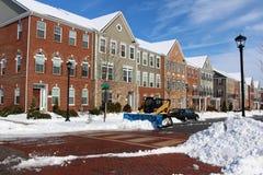 Retirada de la nieve alrededor de casas urbanas modernas Fotografía de archivo libre de regalías