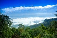 Retirada nevoenta do céu da nuvem da montanha da névoa fotografia de stock
