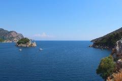 Retire da baía ao mar aberto Os barcos estão nadando Skyline Imagens de Stock Royalty Free