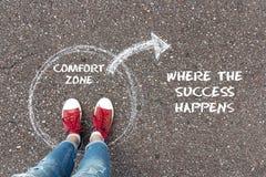Retire do conceito da zona de conforto Pés que estão o círculo interno imagem de stock
