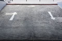 Retire a entrada do estacionamento subterrâneo do carro com sinal de estrada das setas Imagens de Stock