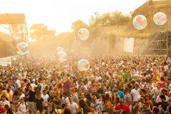 Retire o festival 2015 - aglomere-se no nascer do sol na fase da dança do DJ Foto de Stock