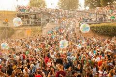 Retire o festival 2015 - aglomere-se no nascer do sol na fase da dança do DJ Imagem de Stock