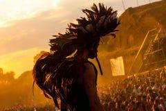Retire o festival 2015 - dançarino no traje indiano no nascer do sol sobre Fotografia de Stock Royalty Free