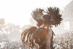 Retire o festival 2015 - dançarino no traje indiano no nascer do sol sobre Imagem de Stock Royalty Free